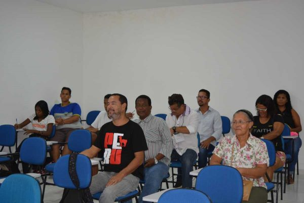 Público do CadÚnico aprende a elaborar currículos.
