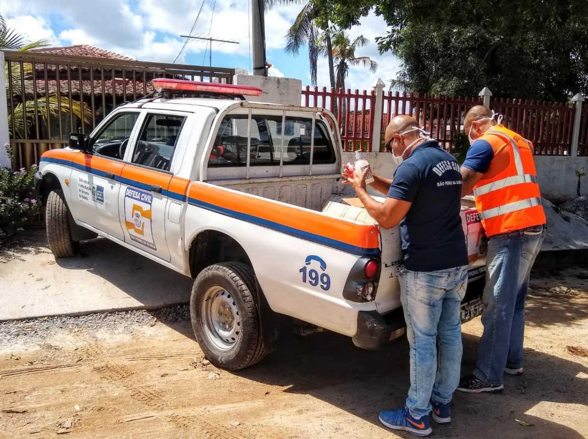 Defesa Civil entrega alimentos e produtos de higiene a idosos