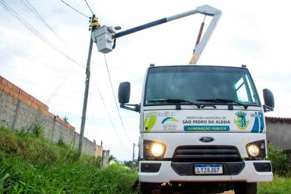 As equipes efetuam os reparos com o auxílio de caminhões novos, equipados com cesto aéreo e identificados