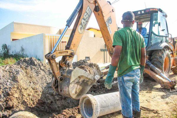 Prefeitura e comunidade se unem em ação de saneamento