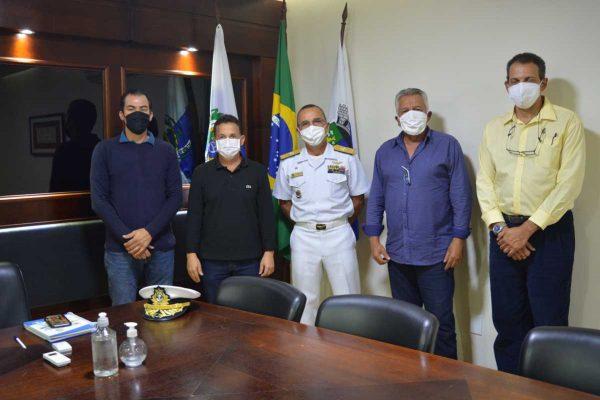 A partir da esquerda: secretário Alessandro Teixeira Knauft; prefeito Cláudio Chumbinho; Contra-Almirante Rohwer; secretário Eronildes Bezerra e o CMG (RM1) Márcio Ribeiro