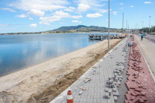 Calçadão da orla da Praia do Centro é pavimentado por meio da colocação de bloquetes coloridos